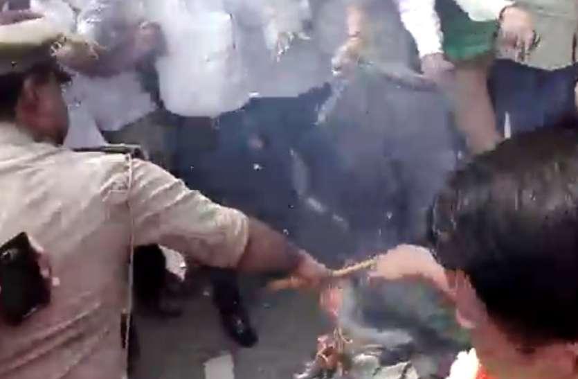 SC/ST एक्ट के विरोध में लामबन्द हुए सवर्ण, मोदी सरकार को चेतावनी, इस सांसद का जलाया पुतला
