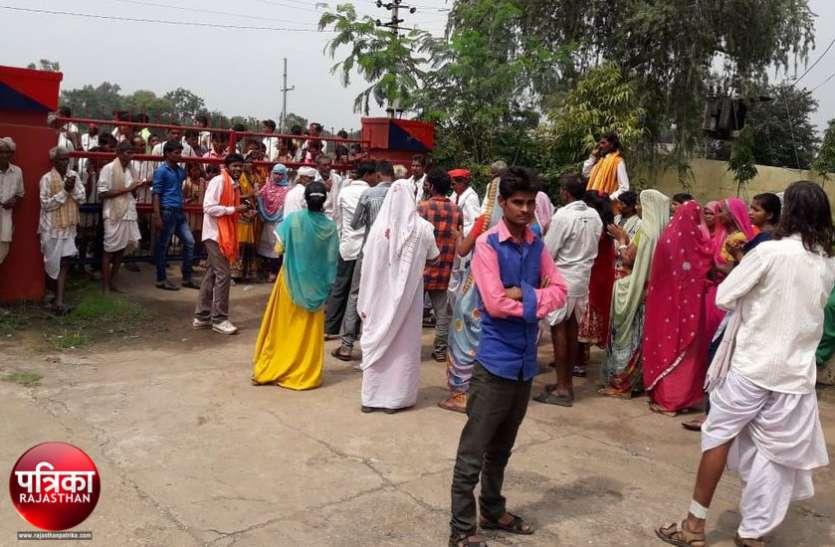 बांसवाड़ा : युवती से अभद्रता के मामले में कार्रवाई की मांग को लेकर ग्रामीणों ने पुलिस थाना घेरा, पथराव पर पुलिस ने भांजी लाठियां