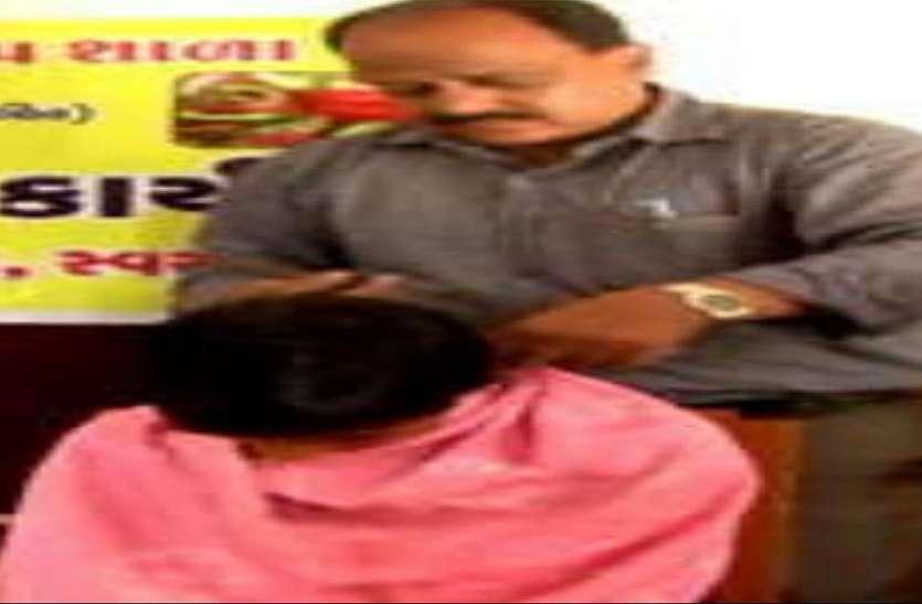 वडोदरा में अनोखे शिक्षक, पढ़ाने के साथ-साथ विद्यार्थियों के बाल भी काटते हैं