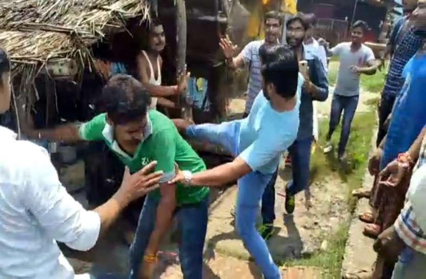 BHARAT BANDH: एससी एसटी एक्ट का विरोध कर रही भीड़ हुई बेकाबू, बीच सड़क किया तांडव, ईंट और डंडों तोड़ी गाड़ियां