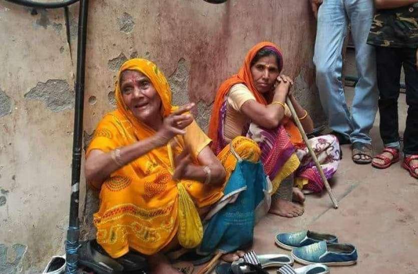 VIRAL: 30 साल से जूते-चप्पलों की रखवाली कर इकट्ठा कर लिए 40 लाख रुपये, गौशाला बनाने के लिए दान की पूरी राशि