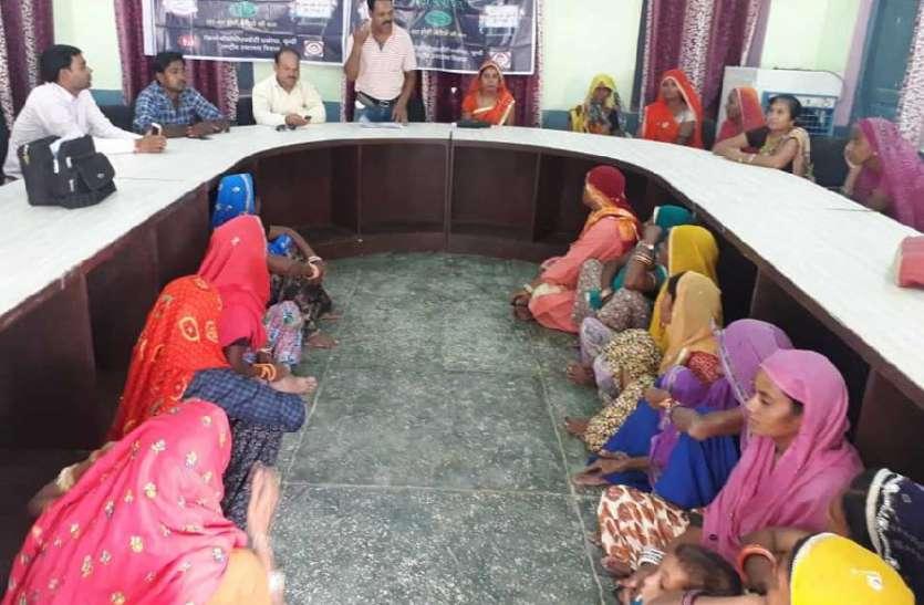 बेटियों को बचाने के लिए जागा समाज का हर तबका, गांव-गांव फैला रहे जागरूकता