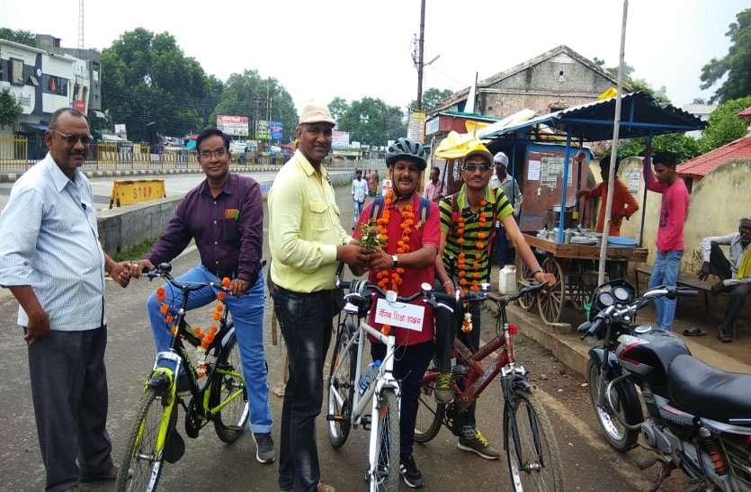नैतिक शिक्षा की अलख जगाने साइकिल से निकले देवेंद्र