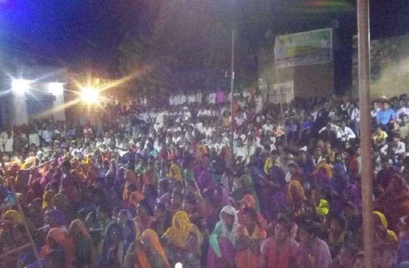 भजनों की बही बयार, रातभर झूमते रहे श्रोता