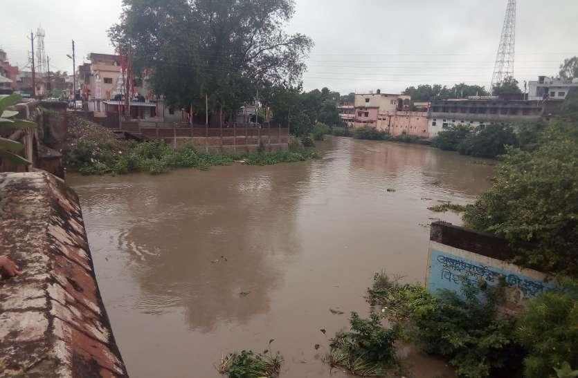 तीन दिन से जारी बारिश से नदी नालों में बढ़ा पानी