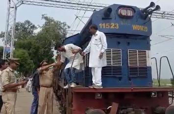 एससी/एसटी बिल के विरोध में सवर्ण आंदोलनकारियों का प्रदर्शन, ट्रेन रोककर जताया विरोध