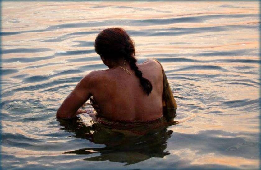 किसी स्त्री को नहाते हुए देखना महापाप होता है