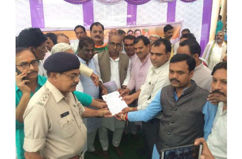 विपक्षी दल के कार्यकर्ताओं ने दिया एक दिवसीय धरना, प्रदेश सरकार पर किया प्रहार