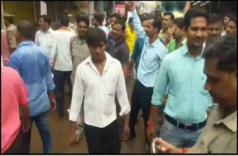 एससी / एसटी के विरोध में बांदा में भी दिखा भारत बंद का असर, जबरन बंद कराई गई दुकानें