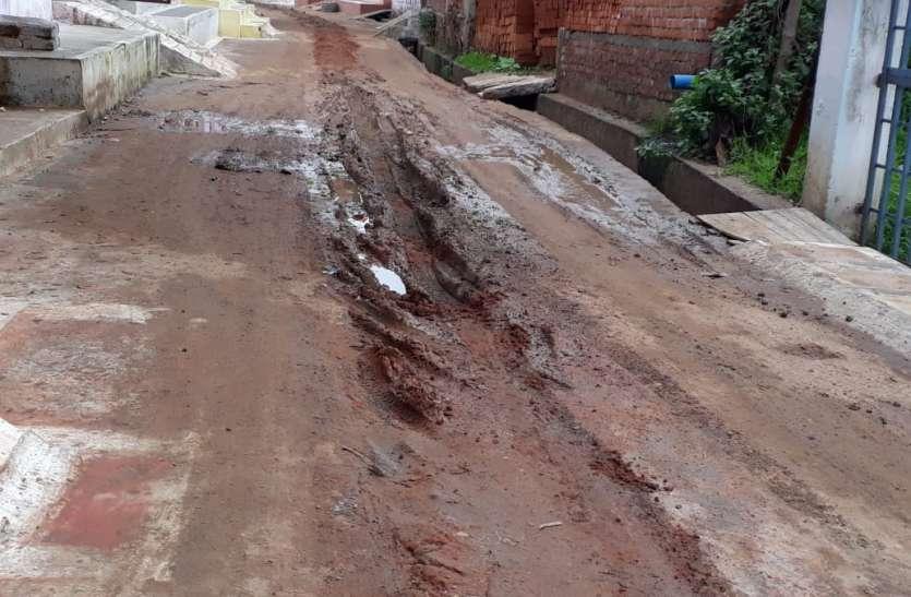 नियमों को नजरअंदाज कर खोद दी सड़कें, नहीं किया रोड रीस्टोरेशन