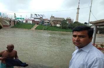 उफनती वरुणा नदी में मौत की छलांग लगा रहे बच्चों को जिलाधिकारी ने दी नसीहत
