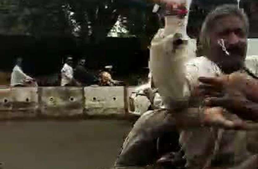 आ रहा था रांग साईड, लायसेंस भी नहीं, जब रोका तो पुलिस की कालर पकड़कर ये कर दिया देखे पिटाई का लाईव वीडियो