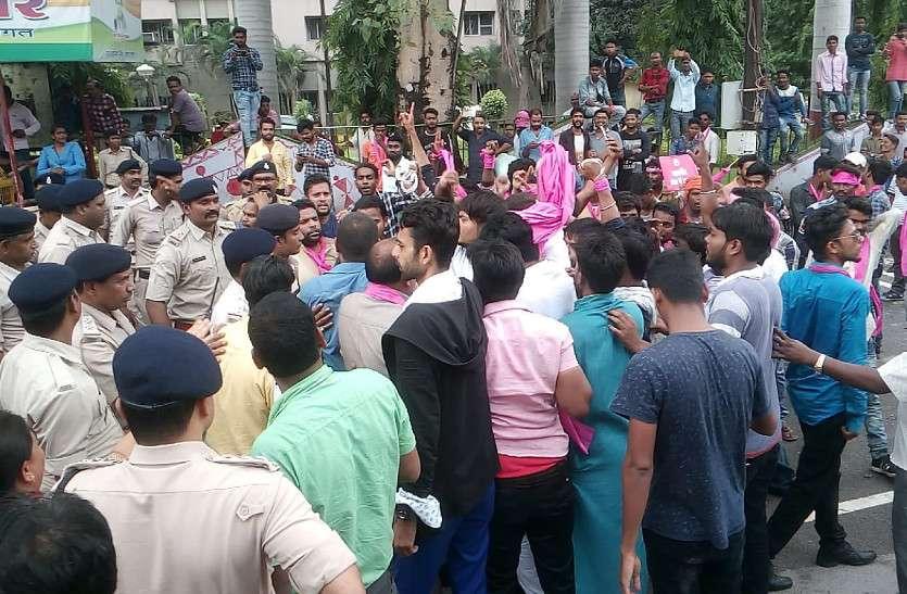 सड़कों से आवारा मवेशियों को खदेडऩे जोगी कांग्रेस ने घेरा निगम कार्यालय, पुलिस रही मुस्तैद