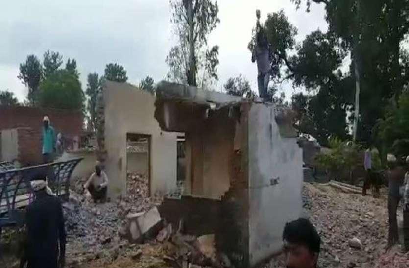 बाढ़ का खौफनाक मंजर, बेघर हुए कई लोग, अब अपने ही हाथों तोड़ रहे घर