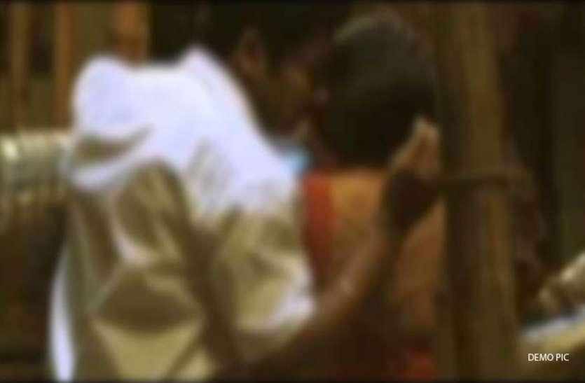 आपत्तिजनक स्थिति में था प्रेमी युगल, तभी पहुंच गए 'ये' और फिर जो हुआ, देखें वीडियो