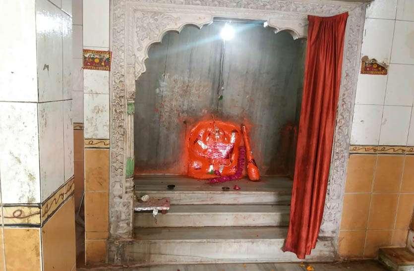 दिनदहाड़े मन्दिर से 4 मुकुट व छत्र चोरी, पुलिस ने मौके पर पहुंच घटना का लिया जायजा