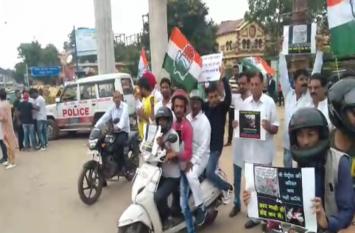 पेट्रोल के मूल्य को लेकर, कांग्रेस पार्टी का सरकार के ख़िलाफ विरोध प्रदर्शन