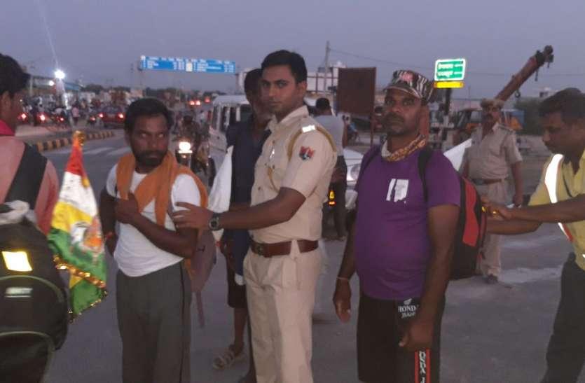 पुलिस ने जातरुओं के लगाए रिफ्लेक्टर