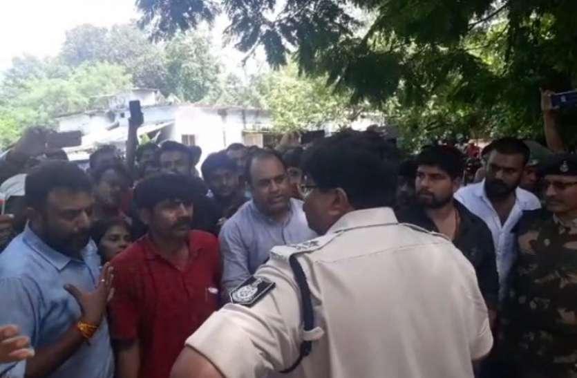 भाजपा सांसद के गर्भ निरोधक वाले बयान पर बवाल, यूथ कांग्रेस के कार्यकर्ताओं ने घर पर घेरा