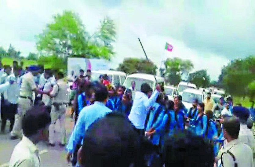 सड़क निर्माण की मांग पर बच्चों ने किया चक्काजाम तो गुस्साए SDM ने दौड़ा-दौड़ाकर बरसाई लाठी