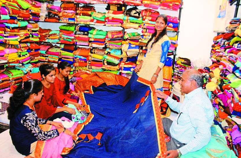 तीजा की खरीदारी करने में जुट गईं महिलाएं, दुकानों में लगने लगी भीड़