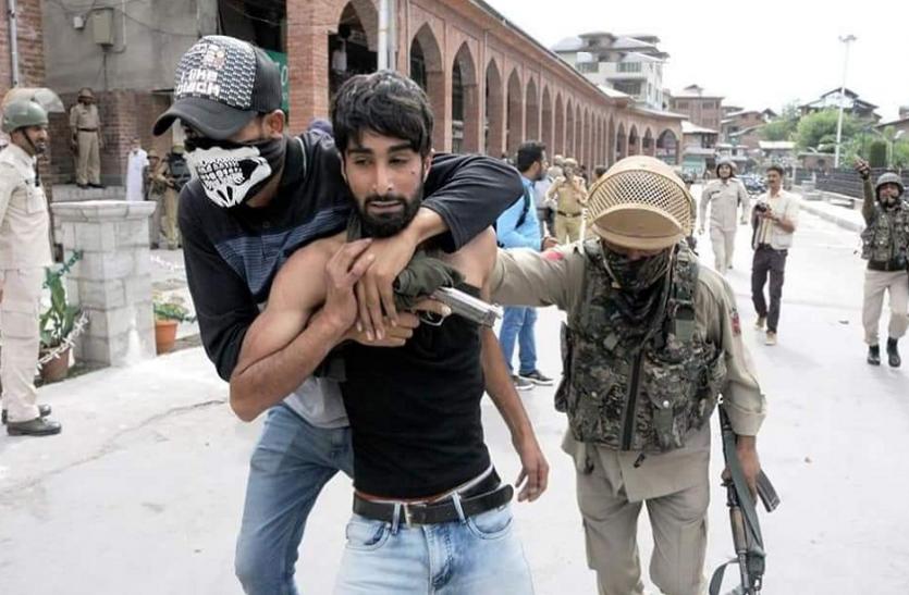 कश्मीर: पत्थरबाजों पर पुलिस कार्रवाई को लेकर सोशल मीडिया का बाजार गर्म, लोगों ने दी शाबाशी