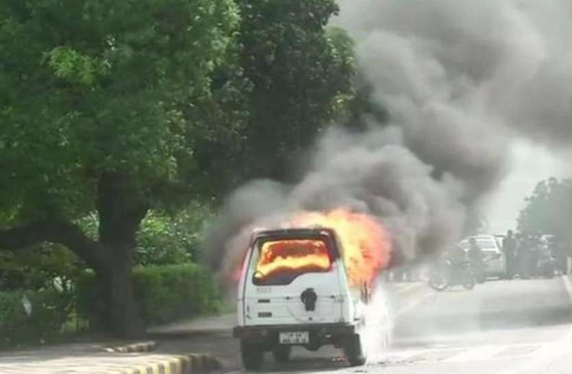 दिल्ली: CISF की गाड़ी में लगी भीषण आग, जवानों ने कूदकर बचाई अपनी जान