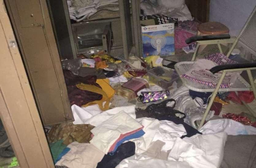 बंद पड़े पांच भाइयों के घरों में कई दिन तक ठहर कर चोरों ने किया हाथ साफ