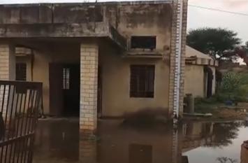 कर्मचारियों की लापरवाही से लाखों लीटर बहा पानी, फूट पड़ा लोगों का गुस्सा
