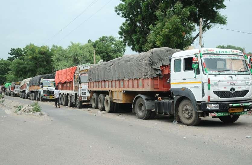 7 दिन से गोदाम के बाहर खड़े गेहूं के ट्रक
