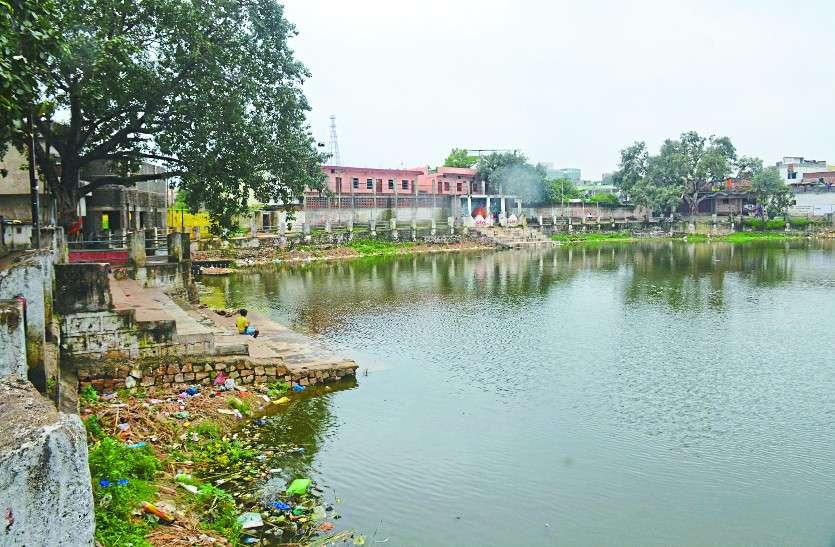 तालाब के सौंदर्यीकरण पर निगम ने खर्च किए लाखों, फिर भी पानी के अभाव में मर रही मछलियां