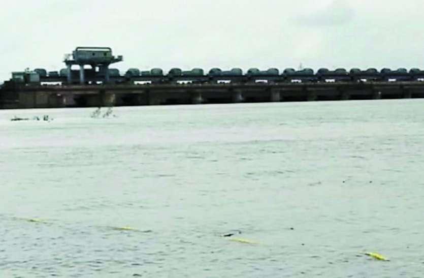 कैचमेंट एरिया में अच्छी बारिश होने से गंगरेल बांध के दो गेट खोलकर छोड़ा जा रहा पानी