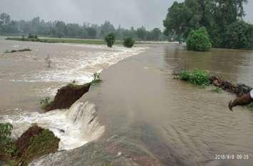 भारी बारिश से बह गया मसूरिया का पुल, आसपास के खेतों की फसल नष्ट