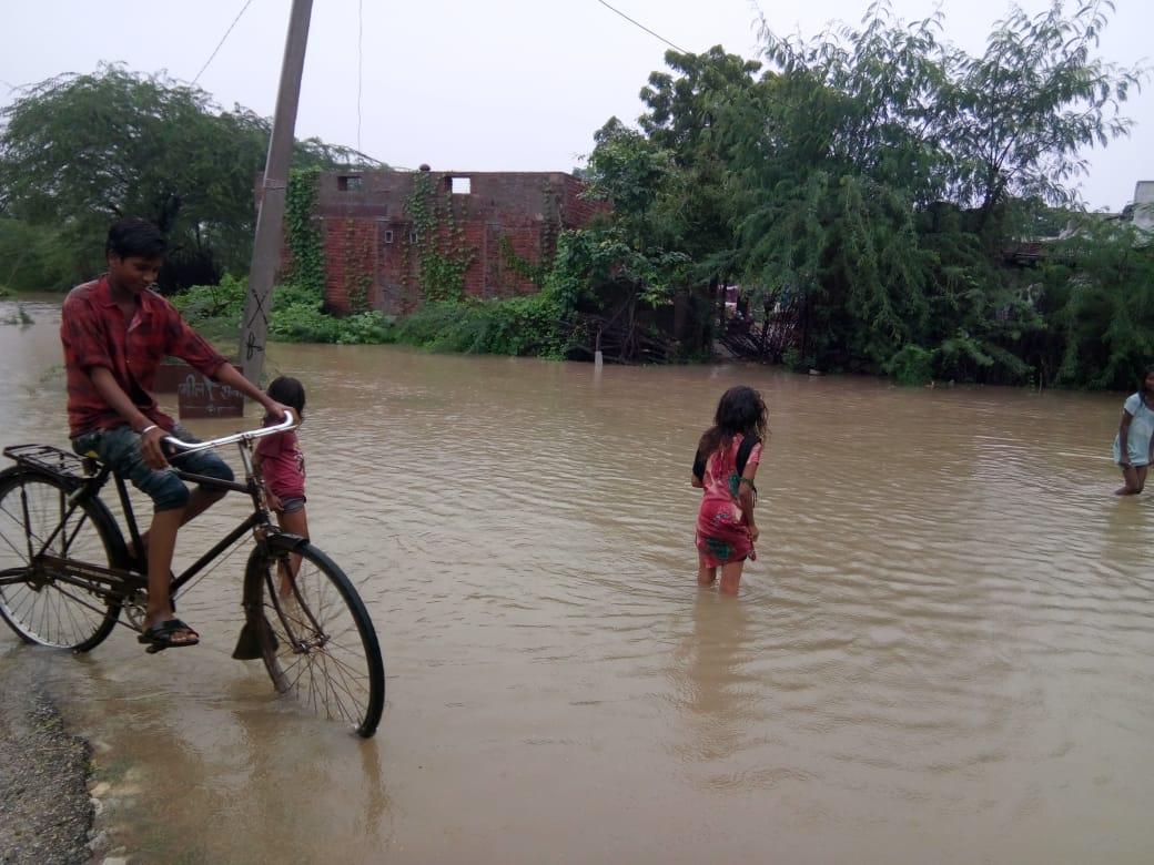 उदयपुर के भटेवर में घरों में घुसा बरसाती पानी, लोगों को हो रही परेशानी