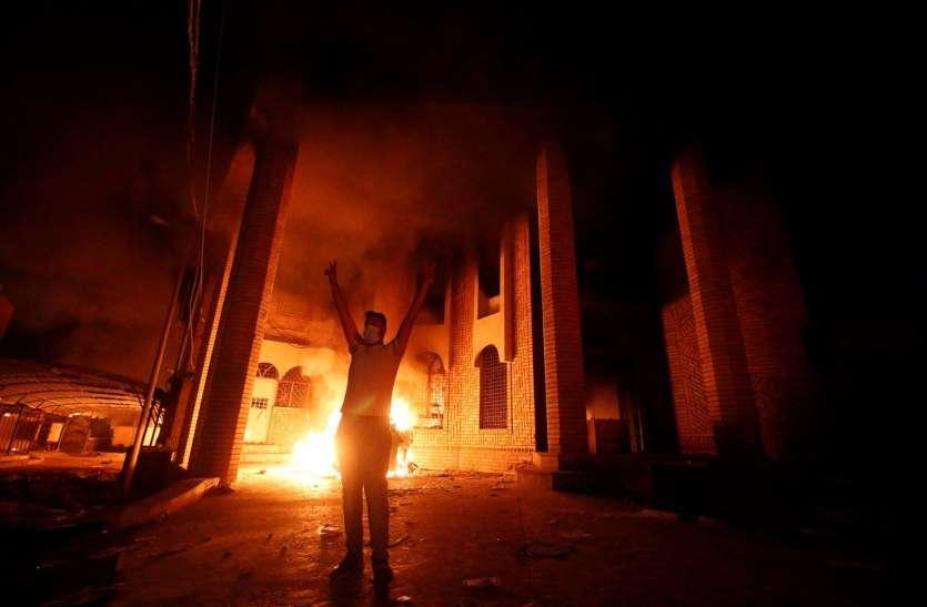 इराक: प्रदर्शनकारियों ने लगाई ईरानी वाणिज्य दूतावास में आग, बाल-बाल बचे कर्मचारी