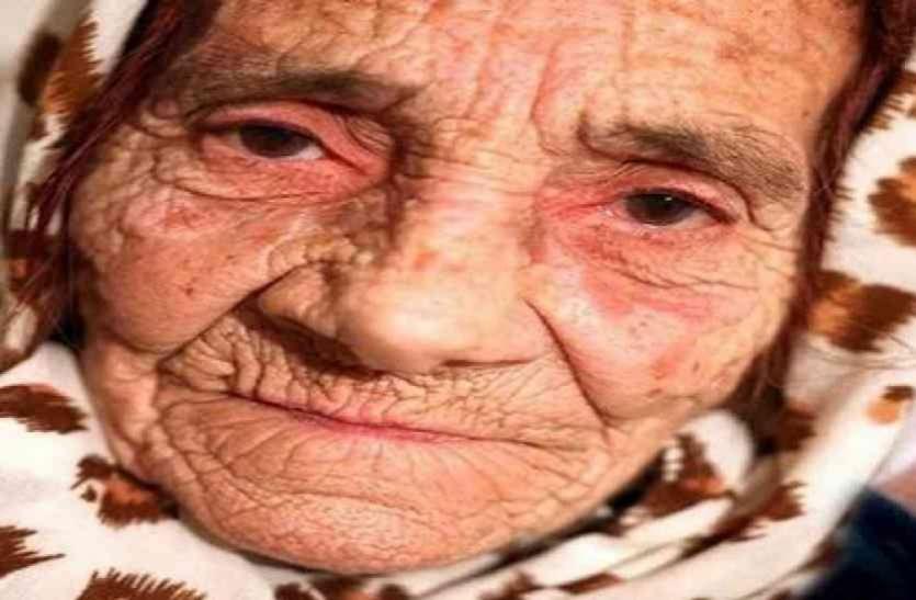 किसी देवी से कम नहीं यह महिला, चुटकियों में करती है आंखों का इलाज