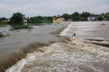 कोटा संभाग में बारिश का कहर, बैराज के 5 गेट खोले, बारां में बाढ़, झालावाड़ में बस्तियां डूबी, दर्जनों गांव बने टापू