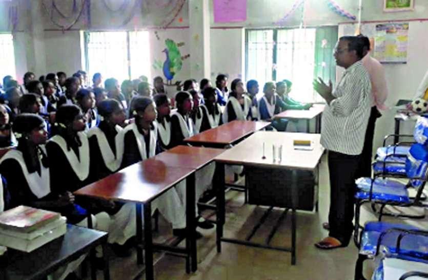 एसडीएम ने कन्या शाला की छात्राओं को पढ़ाया मतदान जागरूकता का पाठ