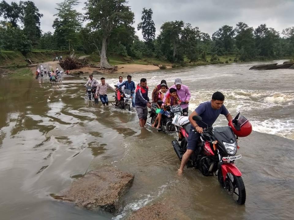 नदी में बाढ़, जान की परवाह नहीं