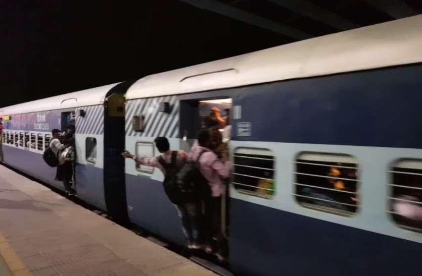 'अच्छे भविष्य' के लिए दांव पर 'वर्तमान'.. ट्रेन के दरवाजों पर लटक कर 800 किलोमीटर का सफर तय कर रहे युवा