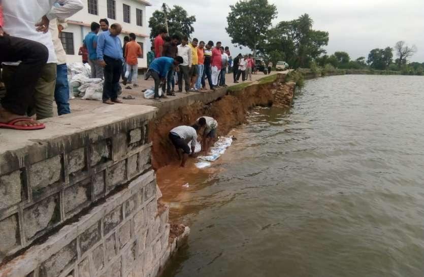 वृंदावन तालाब की ढही सुरक्षा दीवार. नगरपालिका अमले ने मौके पर पहुंचकर संभाला मोर्चा