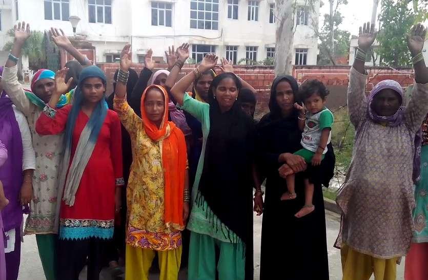 हाथ ऊपर उठा कर इन परेशान महिलाओं ने की है ऐसी मांग, जिसे सुन भावुक हो जाएंगे आप