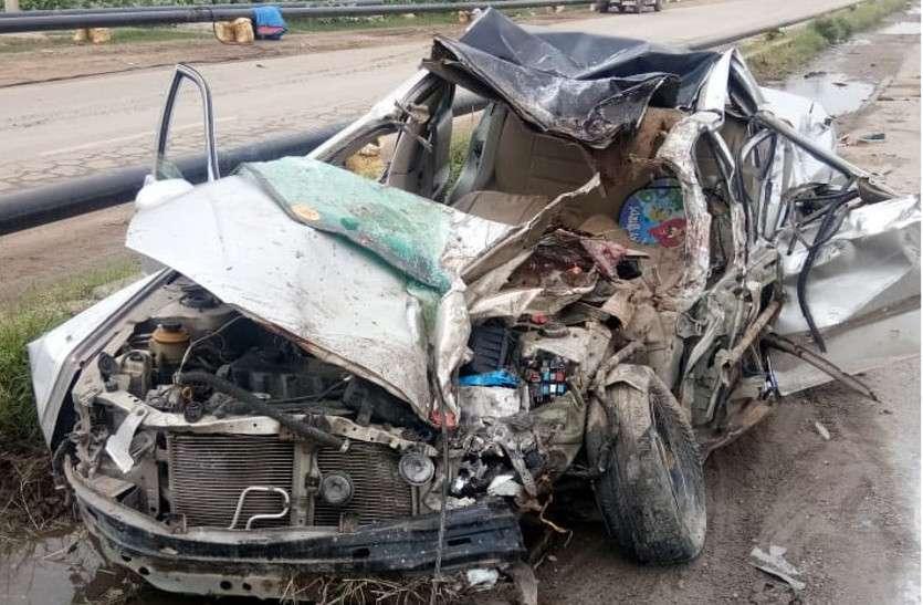 ट्रक-कार के बीच आमने-सामने ज़ोरदार भिड़ंत में 7 की मौत, हादसे के बाद मची चीख-पुकार