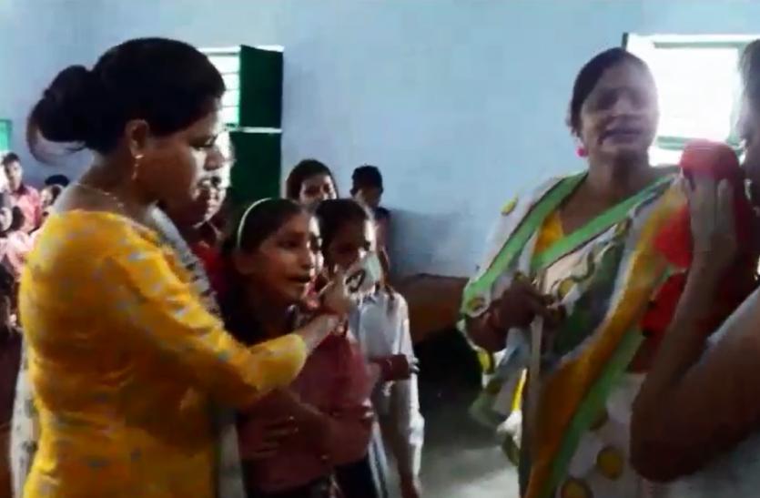 टीचर रोईं तो उनके साथ फूटकर रो पड़े सारे बच्चे, प्रधानाध्यापिका से हैं परेशान, प्राइमरी स्कूल के वायरल वीडियो ने सबको रुलाया