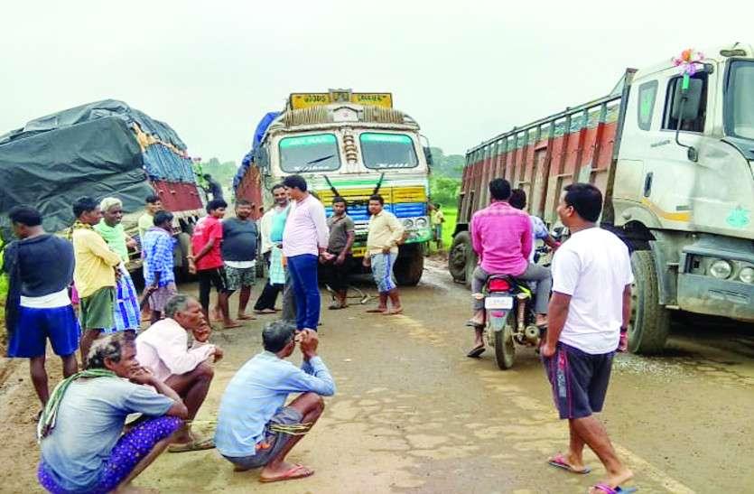 सडक़ के गड्ढे में ट्रक, लगा 12 घंटे का जाम, चालक व राहगीर होते रहे परेशान