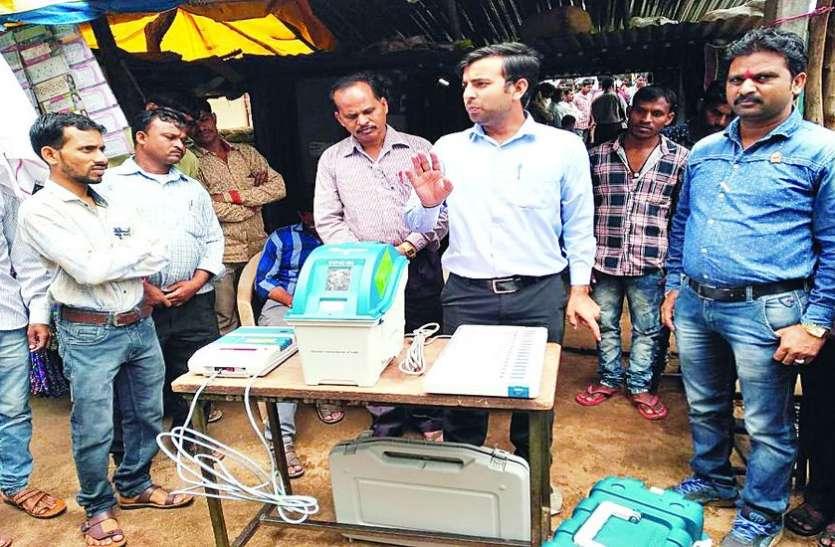 ग्रामीणों को बताया कैसे करना है मतदान मशीन का उपयोग