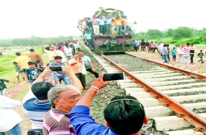 आलीराजपुर में ट्रॉयल के लिए पहुंचा इंजन, जल्द दौड़ेगी रेलगाड़ी