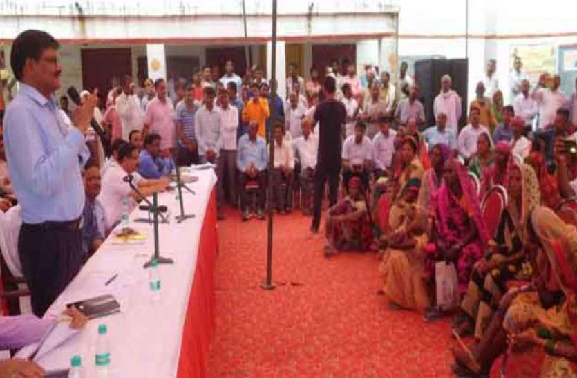 बीजेपी सांसद के गांव की चौपाल में नहीं गए अधिकारी, डीएम ने मांगा स्पष्टीकरण