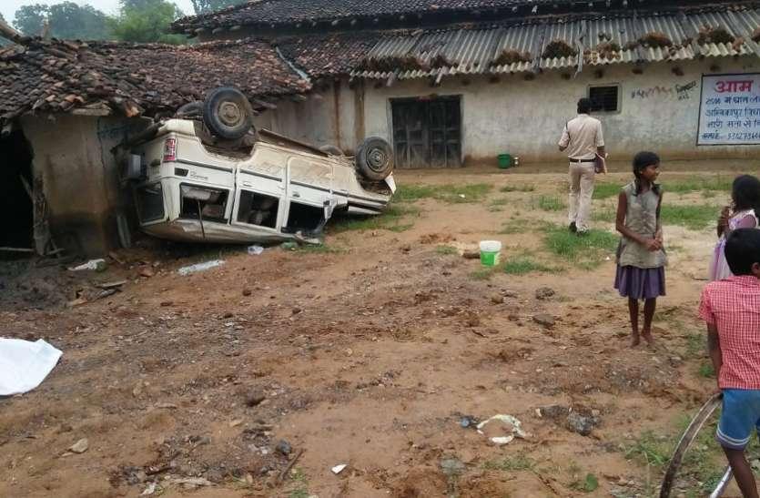टायर फटने से 5 बार पलटकर घर से टकरा गई बोलेरो, 2 की दर्दनाक मौत, 6 की हालत गंभीर