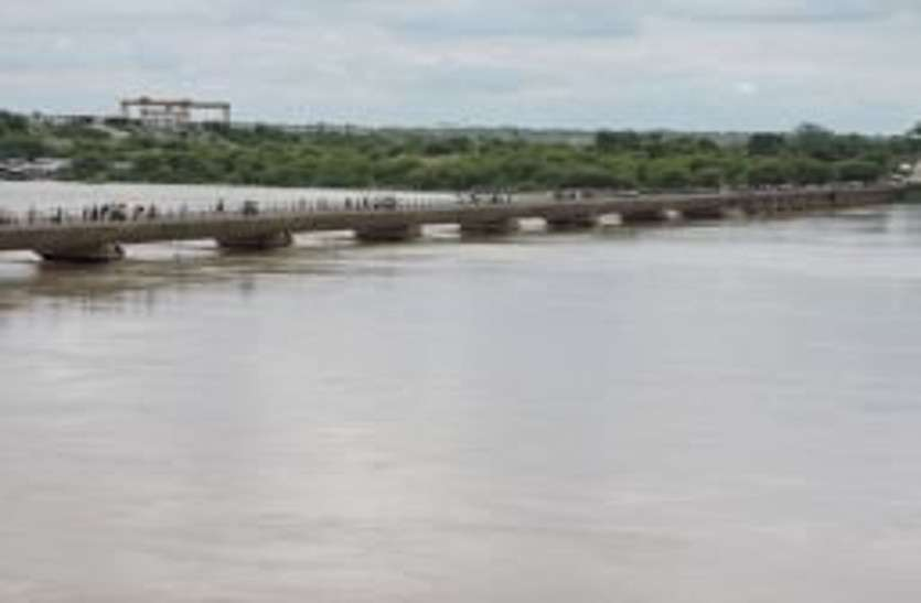 इतने सालों में पहली बार खतरे के निशान से ऊपर बह रही चम्बल नदी, इलाके में अलर्ट